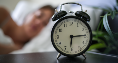 هل نستطيع أن نجبر نفسنا على النوم مبكرا؟