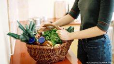 استخدام سلة القش والكيس القماشي يحمي البيئة